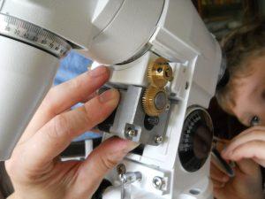 introduire la vis de fixation moteur RA