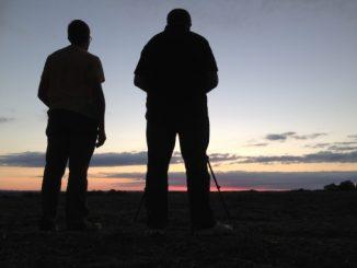 photo de deux photographes face à l'éclipse de soleil