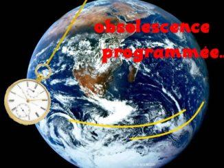 une montre compte le temps à vivre sur fond de planétarium